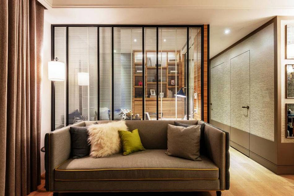 стеклянная перегородка в квартире между гостиной и кабинетом