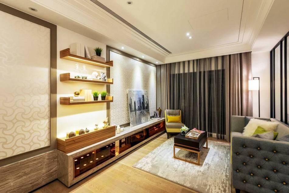 деревянные открытые полки с подсветкой в гостиной