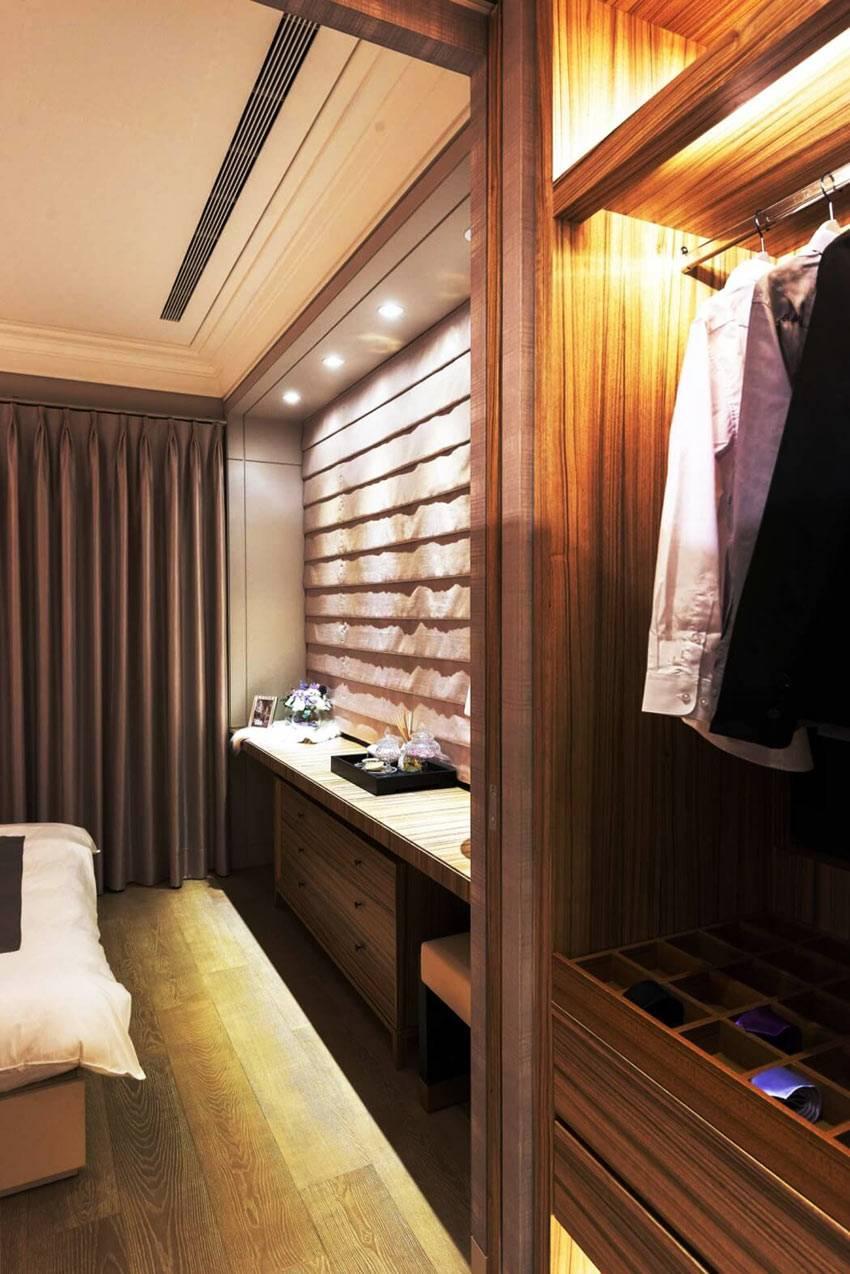 небольшая гардробная, шкафы с подсветкой в спальне