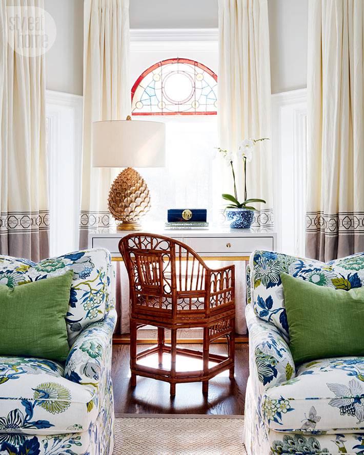 плетеное кресло, яркие принты фото