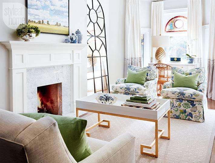 камин, светлая гостинная, яркие кресла фото