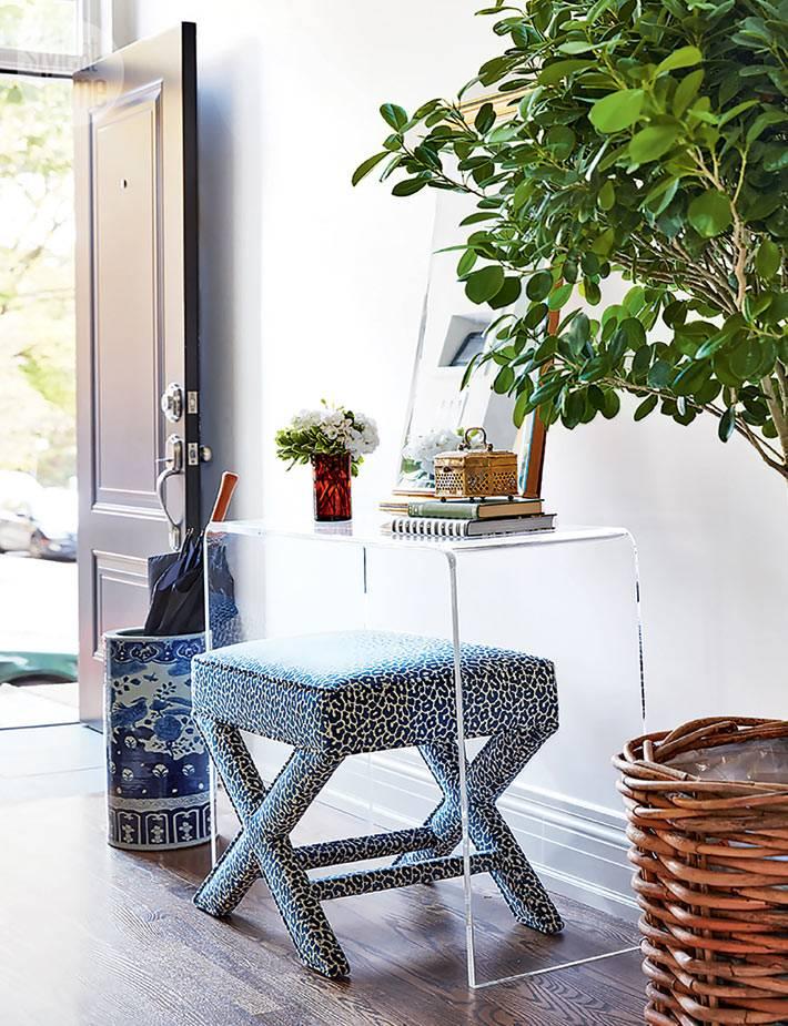 Акриловый столик, светлая прихожая фото