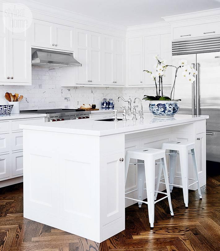 Белый кухонный гарнитур, светлая кухня фото