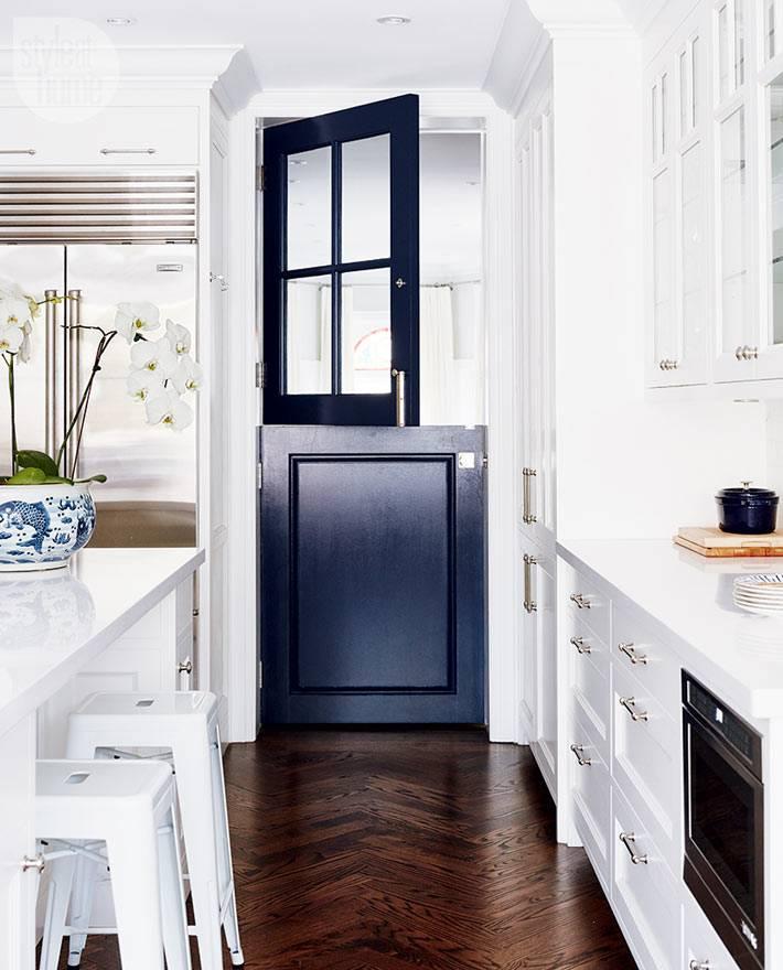 Область кухни отделяет на контрасте темная дверь