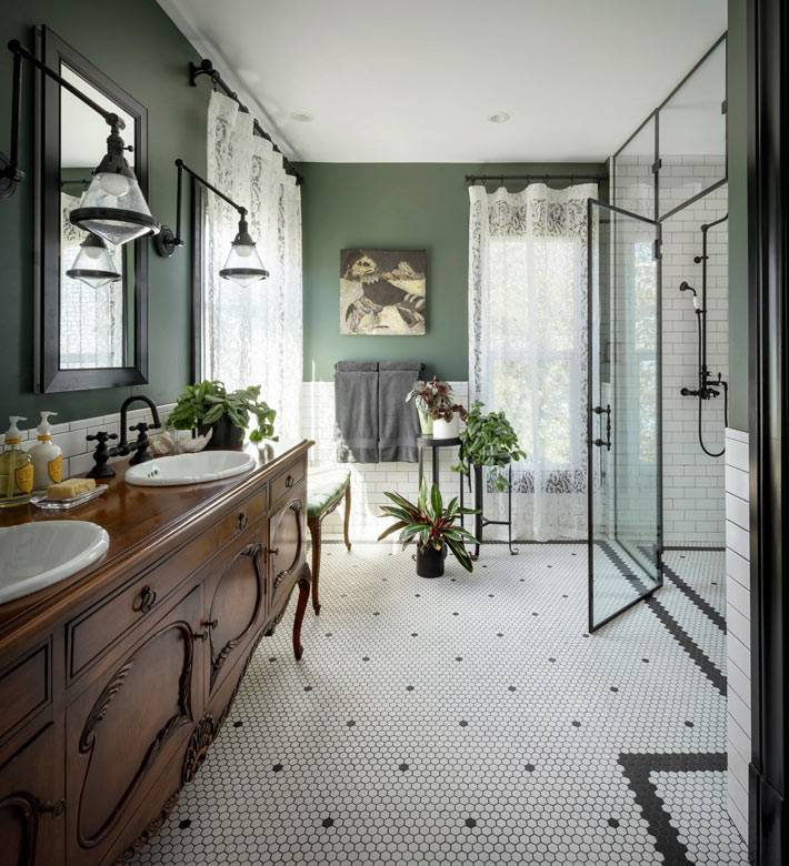 темно-зеленые стены в винтажной ванной комнате фото
