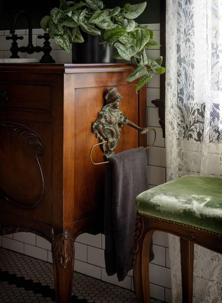 антикварная мебель и бархатный пуфик в уютной ванной