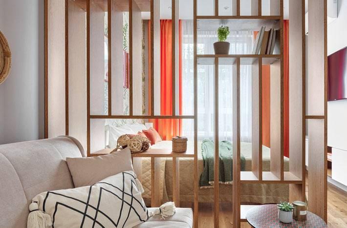 деревянная перегородка между зонами в однокомнатной квартире