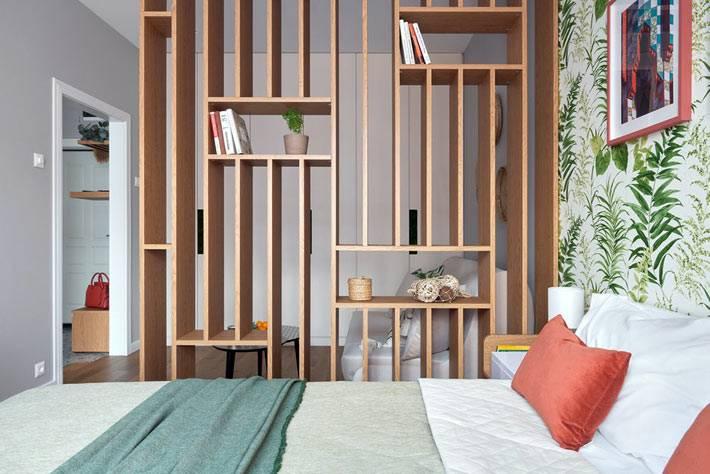 зона спальни в однокомнатной квартире за перегородкой
