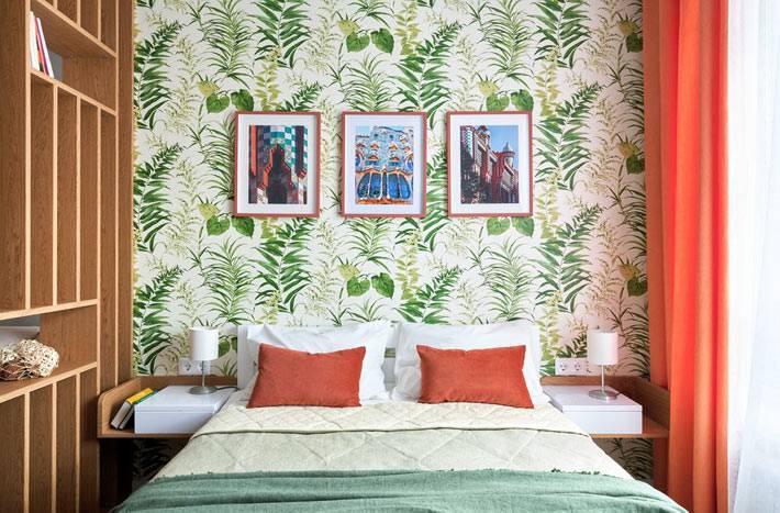 обои с растительным рисунком красиво оживили спальню