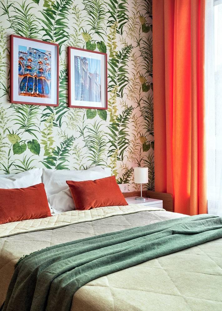 зеленые обои и оранжевая штора в маленькой спальне