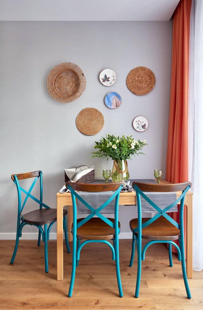 кухонные стулья бирюзового цвета, тарелки украсили стену