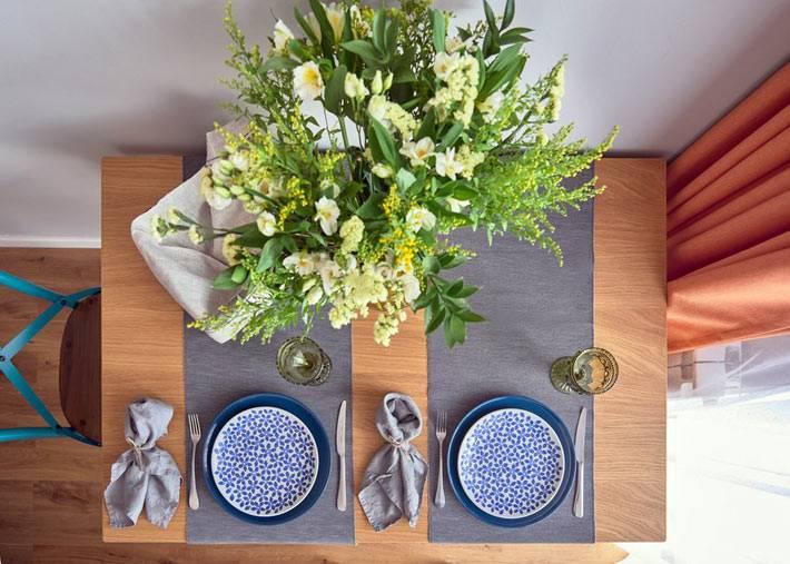 букет цветов на обеденном столе в кухне фото