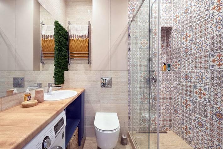плитка с узорами на стенах душевой, зеркало во всю стену в ванной