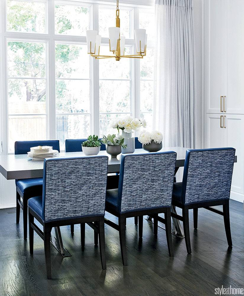 синие квадратные кресла в обеденной группе фото