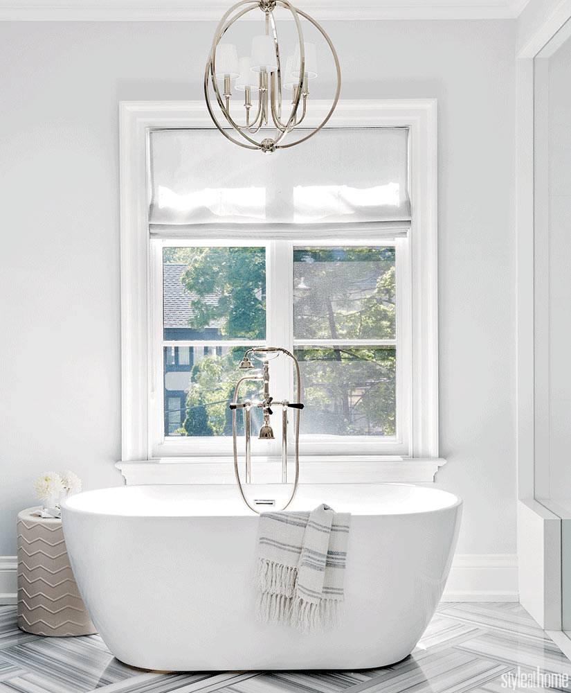 овальная отдельностоящая ванная возле окна с римской шторой фото