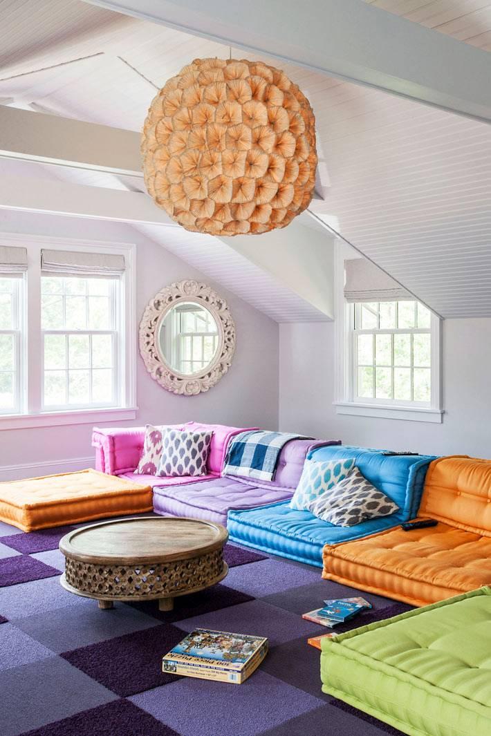 разноцветные напольные подушки в зале домашнего кинотеатра