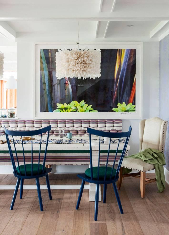 экцентричная столовая с белым столом и синими стульями