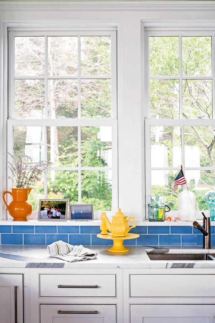 рабочая зона на кухне возле окна, желтые вазы и чайнички
