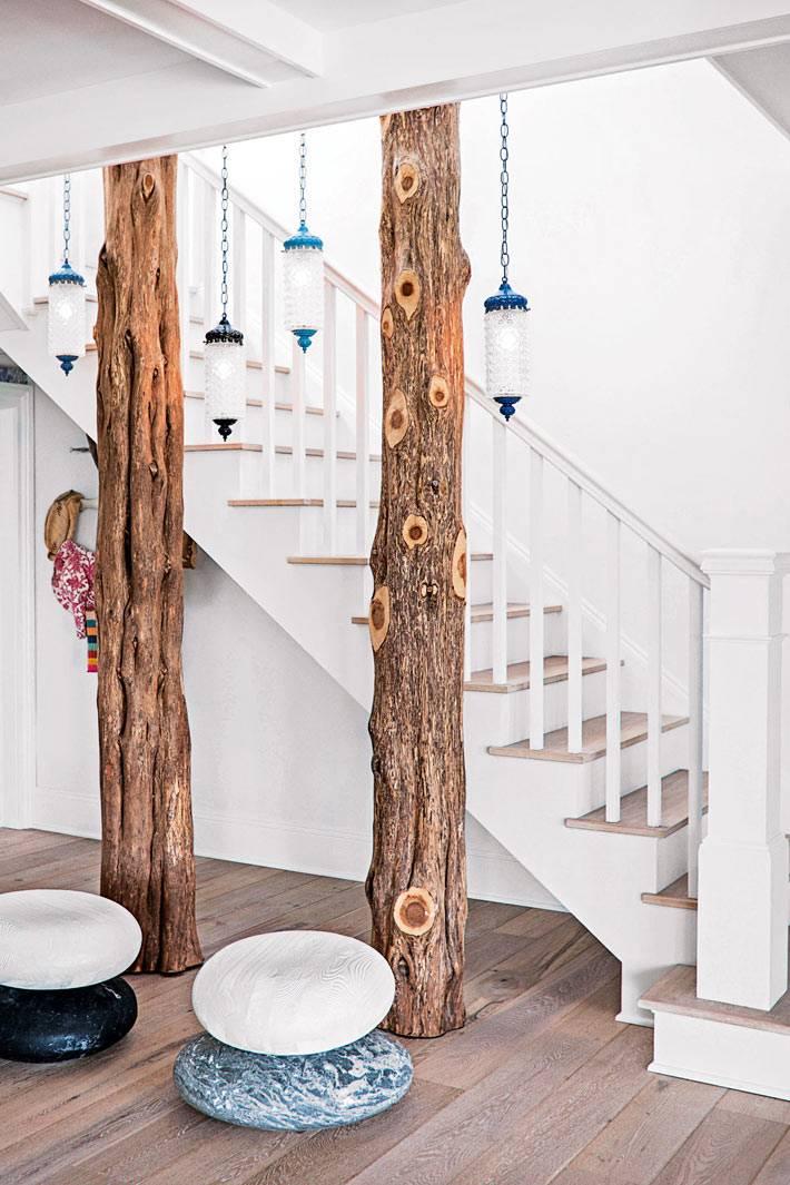 срубленные стволы дерева в украшении коридора в доме