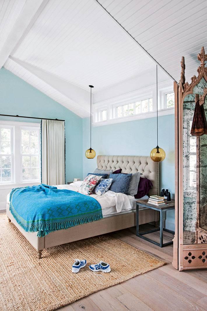нежно голубые стены в спальне под крышей фото