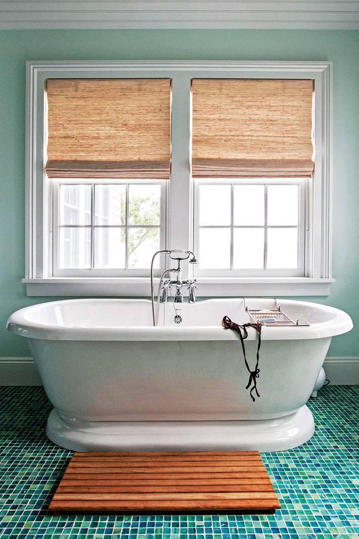 белоснежная ванна в ванной комнате с бирюзовыми стенами