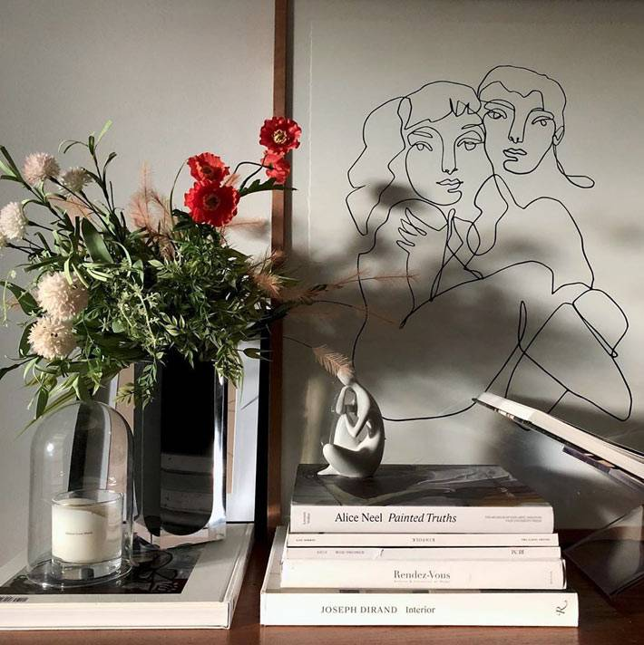 книжки, свечи, цветы в вазах и картина карандашом фото