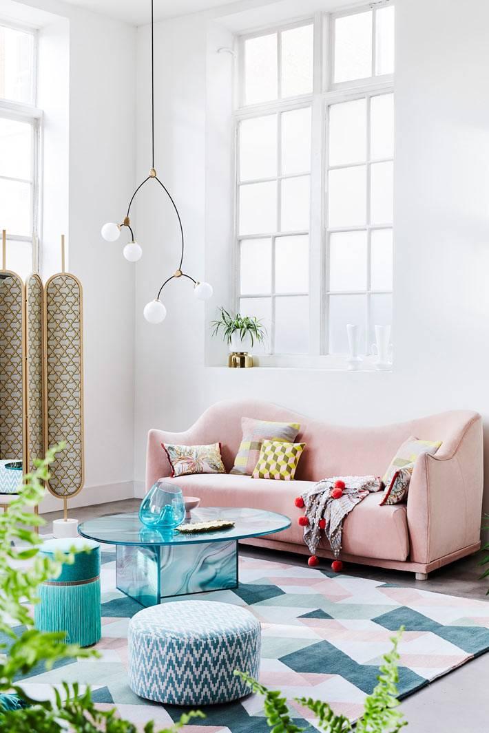 розовый диван, пуфики в интерьере гостиной, ширма как элемент декора