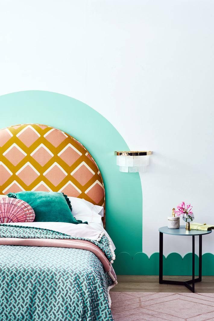 овальное изголовье кровати, мятно зеленый плинтус в спальне