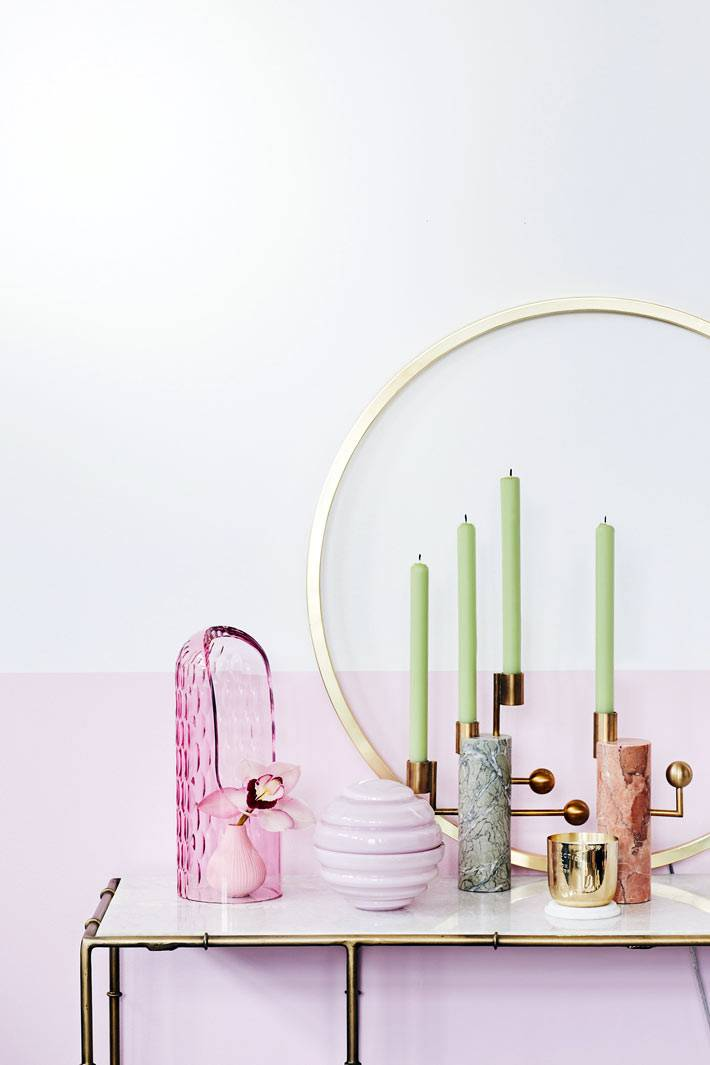 зеленые свечи на подсвечнике, столик консоль с мраморной столешницей