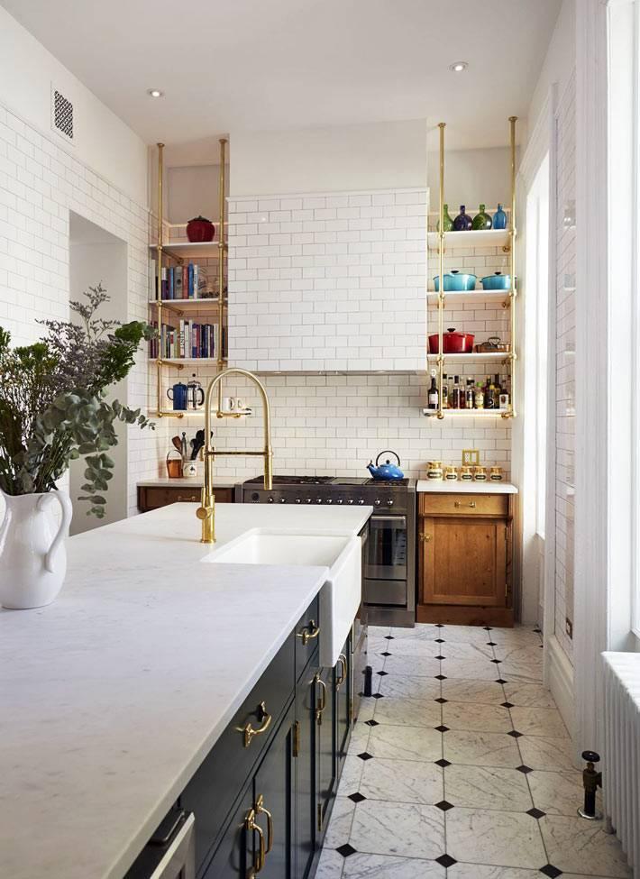 подвесные полки с золотыми подвесами на кухне фото