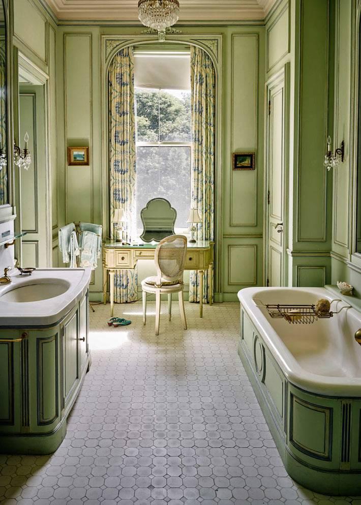 оливковый цвет стен ванной комнаты, туалетный столик у окна