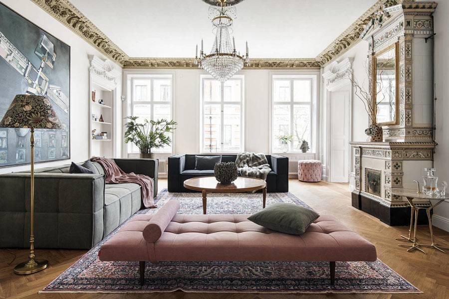 пудровая банкетка рядом с диванами в гостиной комнате