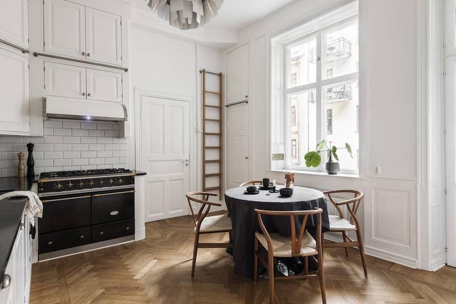 кухня с высокими потолками в скандинавском стиле