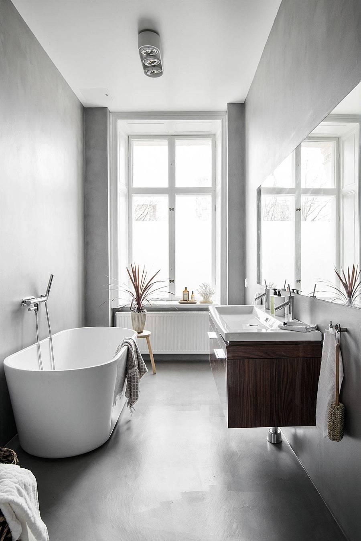большое окно в минималистичной ванной комнате