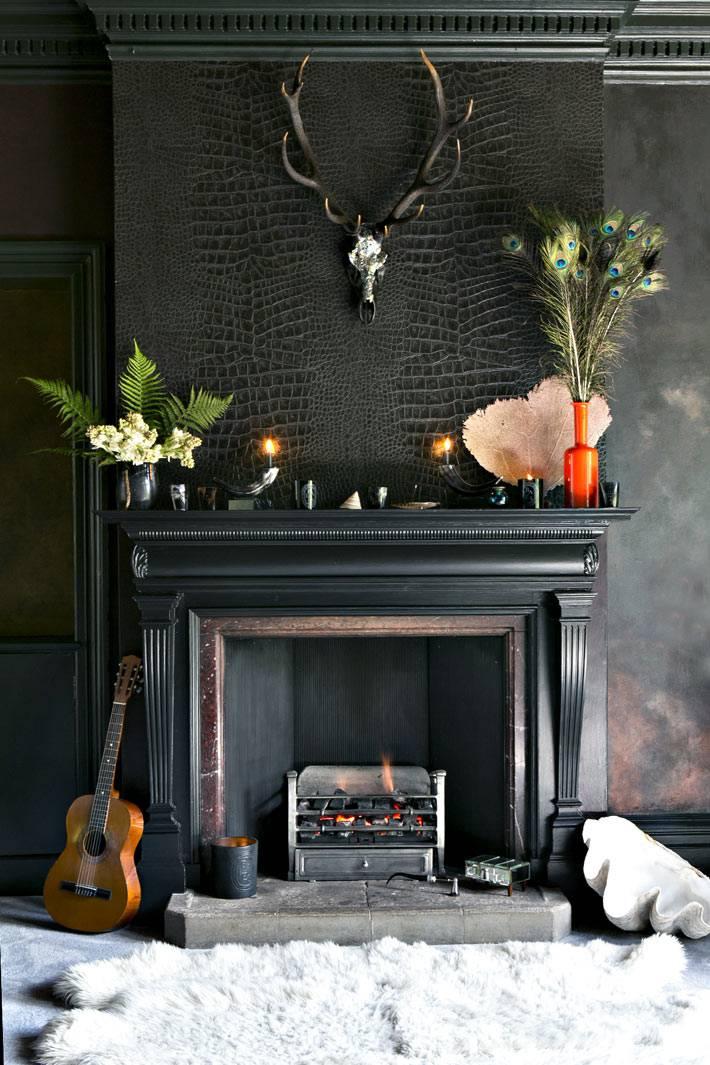 черный портал камина, черная стена, белая шкура возле камина