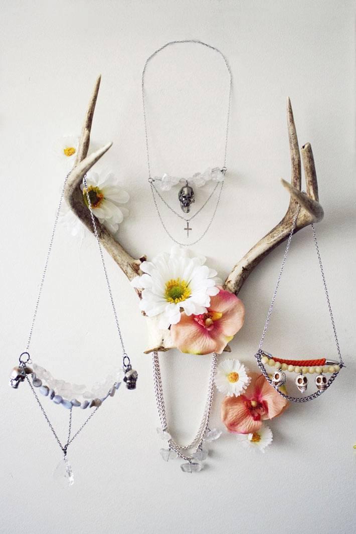 рога на стене в интерьере, украшенные цветами фото