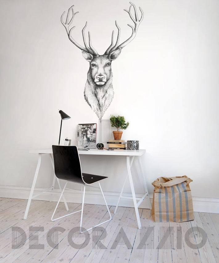 рисунок или наклейка оленя с рогами над рабочим столом дома