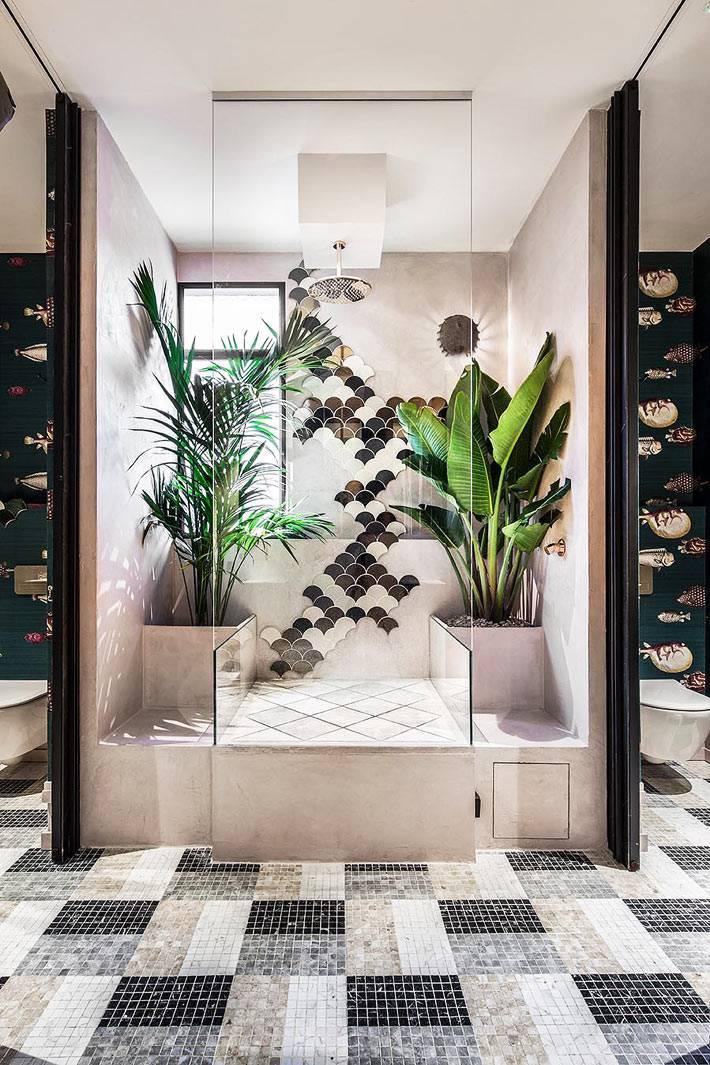пальмы и драцены в больших кадках в ванной комнате