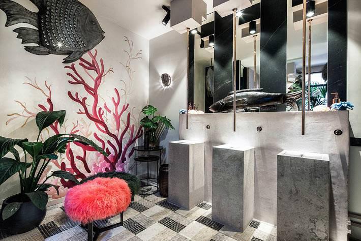 рыбы и цветы украшают необычную ванную комнату