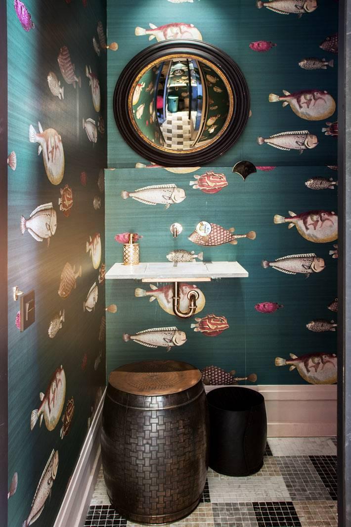 зеленые обои с рыбками на стенах туалетной комнаты