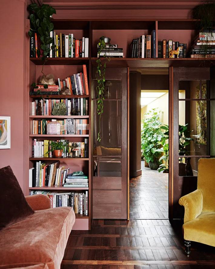 стеллажи для книг вокруг дверного проема в доме