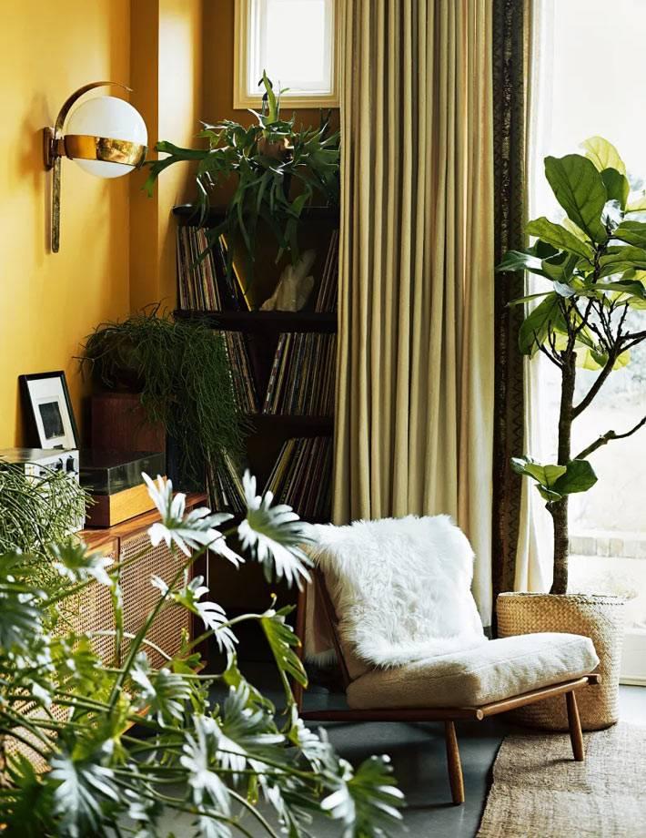 желтый цвт стен освежает комнату и наполняет солнцем