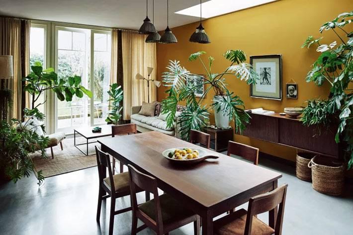 гостиная и столовая зоны в одной комнате в желтом цвете