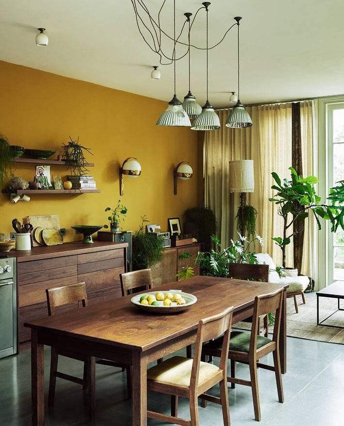 старая мебель из темного дерева в оформлении кухни фото