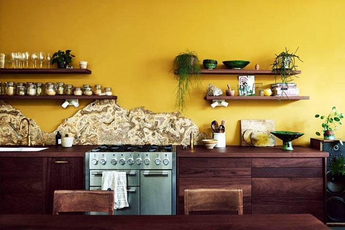 срез природного камня на месте кухонного фартука