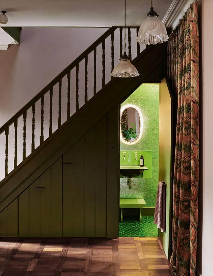 зеленый туалет в маленькой комнате под лестницей