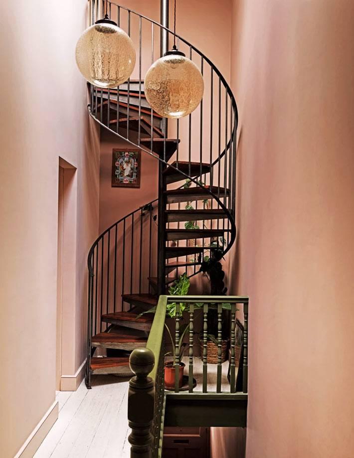 железная винтовая лестница, шикарные круглые подвесные лампы