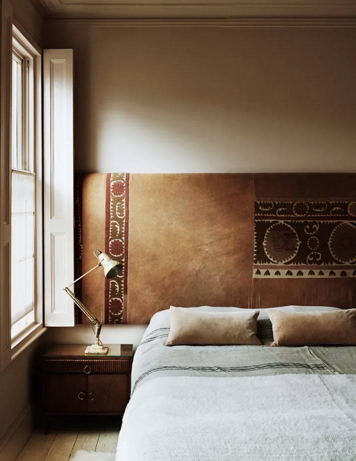 мягкая кожаная панель во всю стену в изголовье кровати