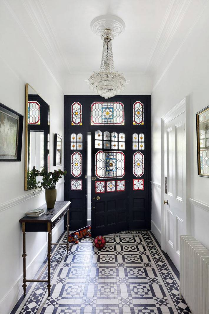 черная входная дверь с витражными окнами в доме фото