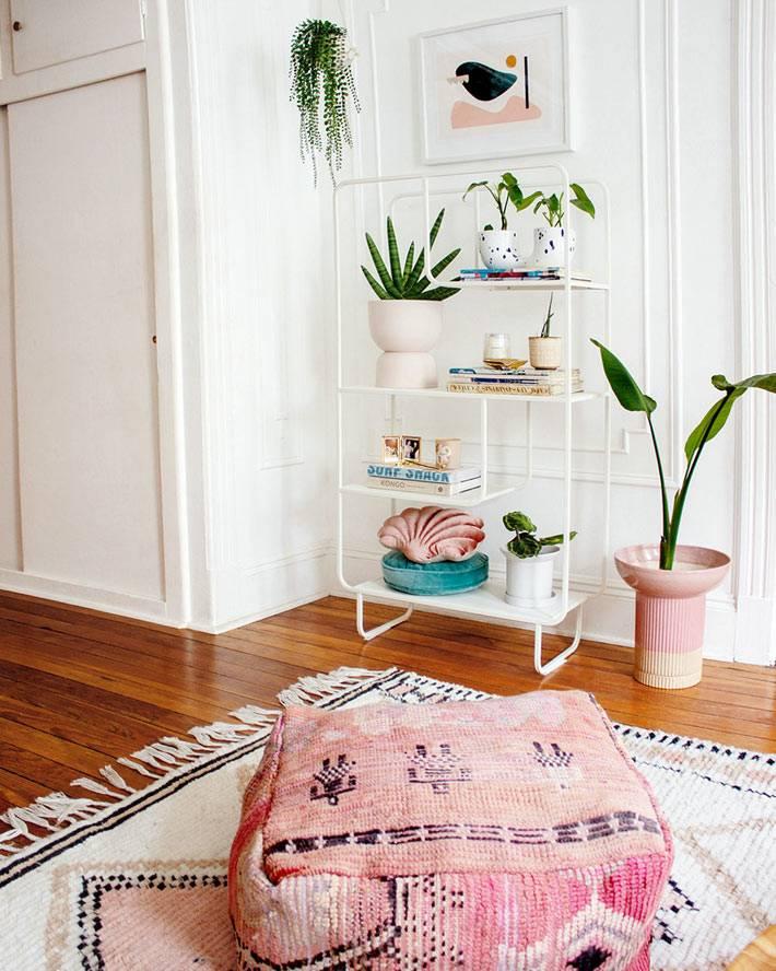 квадратный розовый пуфик, белая металическая этажерка для цветов
